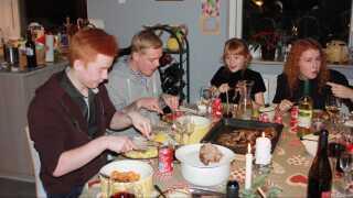 Familien Hjorth Hendriksen var så glade for at have en fremmed gæst sidste år, at familien i år gerne vil have to gæster at dele flæskestegen og anden med.