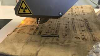 Med den lille laserstråle kan Kaare Lund Rasmussen se, om der gemmer sig giftstoffer i gamle bøger.
