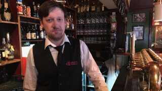 Kevin Burke er bartender på Kim Larsens stamværtshus, Lørups Vinstue, i Odense, og er vant til at skænke en øl op til den gode husgæst.