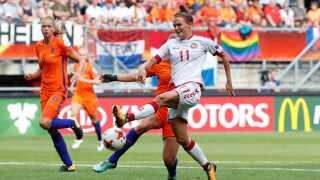 Katrine Veje pryder angrebet sammen med Pernille Harder og Nadia Nadim.