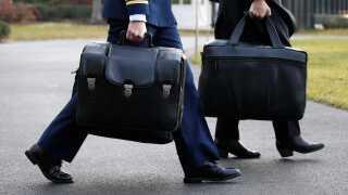 En højtstående militærassistent bærer her kufferten med koderne til de amerikanske atomvåben.