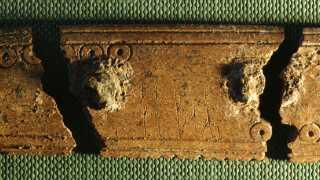 """Kammen fra Ribe indgraveret med ordet """"kam"""" i runer."""