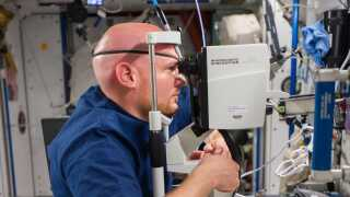 Astronaut tester sit syn på den Internationale Rumstation (ISS).