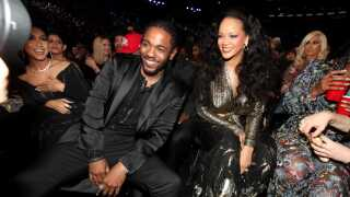 Grammy-vinder Kendrick Lamar poserer med Rihanna under årets show.