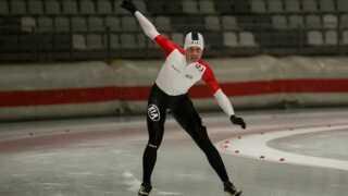 Balancen skal lige findes. Viktor Hald Thorup er her hoppet i skøjter for første gang.