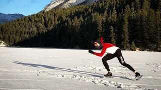 Træning på en sø. Isskøjter kan lidt mere end rulleskøjter.