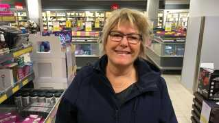 Pia Dyhr fra Odense vil gerne sortere endnu mere i sin dagligdag, men synes, at hun mangler flere affaldscontainere.