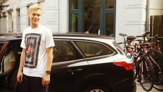 Stefan Due Schmidt foran sine forældres bil, som flyttede ham og hans ting til Holland.