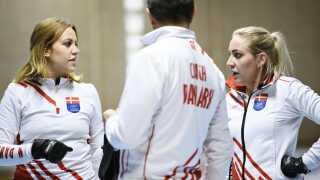 Madeleine Dupont (t.v.), Denise Dupont og træner Ulrik Schmidt diskuterer lige den sidste taktik inden afrejsen til Sydkorea,