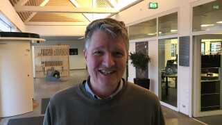 Carsten Holten Møller fortæller, at han som behandler hos Center for Ludomani oplever, at flere og flere unge får problemer med afhængighed efter at have deltaget i skinbetting.