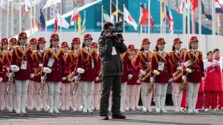 Nordkoreas marchband tager imod landets atleter, der er ankommet til deres indkvartering i Sydkorea.