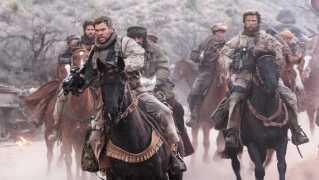 Filmstjernen Chris Hemsworth har hovedrollen i '12 Strong', der er baseret på soldaten Doug Statons virkelige historie i bogen 'Horse Soldiers'.