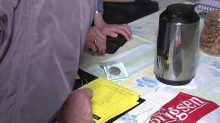 Nogle sparere afleverer kontanter, andre overfører med MobilePay - men alle overførsler bliver noteret i hånden i den enkelte sparers bog.
