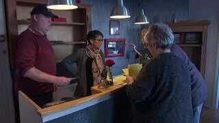 Henrik Brasch (tv) er én af sparerne, som afleverer sin ugentlige indbetaling til indsamlerne. Her har de sat hinanden stævne på Hotel Vilsund Strand.