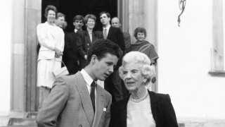 Kronprins Frederik med sin mormor Dronning Ingrid på trappen til Fredensborg Slot i anledning af Prins Joachims 18 års fødselsdag.