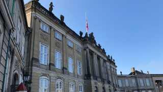 Flaget er på halv over Christian IX's Palæ på Amalienborg. Palæet er også regentparrets residenspalæ, men dronningen bliver på Fredensborg i den kommende tid. Foto: Katrine Rørby Madsen