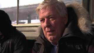 Jeg har sådan en joke: Hver eneste morgen laver DSB en konkurrence blandt medarbejderne om, hvad vi skal have som undskyldning for, vi ikke kører til tiden i dag. I dag er det så køreledninger, siger Johnny Bendtsen, der venter på toget i Holte.
