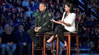Dana Loesch, der er talskvinde for National Rifle Association, svarer her på spørgsmål under CNN-debatten sammen med Scott Israel, der er politimester i Broward.