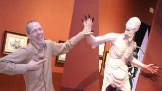 Her poserer Doug Jones ved figuren, han spiller i 'Pans labyrint', ved udstillingen 'At Home with Monsters' i september 2016.