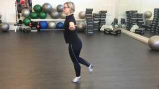 Øvelse 5: Balance på ét ben. Stå fladt på den ene fod, mens du løfter og strækker den anden bagud. Spænd i maven og løft dig op på tå, når du har fundet balancen. Hold stillingen, så længe du kan.