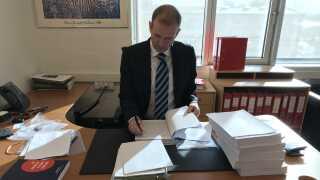 Michael Juul Eriksen på sit kontor i Aarhus. Her gennemgår han sagen mod sin klient Shuaib Khan.