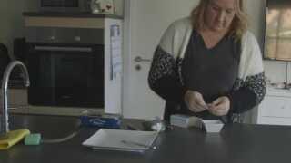 Amalie doserer antipsykotisk medicin og medicin mod OCD til Caroline.