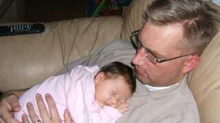 Caroline som spæd hos sin far, Brian.