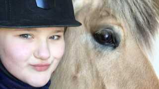 Caroline kan kontrollere sin OCD og angst, når hun er på rideskolen hos hesten Cloe, som hun har part på. - Jeg koncentrerer mig kun om hesten, mig selv og mine venner på rideskolen, siger hun.