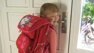 Caroline på sin første skoledag i 0. klasse.