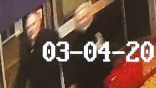 Dette overvågningsbillede viser en mand og en kvinde, som formentlig er Sergei og Yulia Skripal, på vej mod den bænk, hvor de kort efter blev fundet livløse.