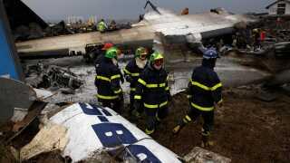 Redningspersonale havde travlt i går efter flystyrtet.