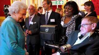 Dronning Elizabeth hilser her på Stephen Hawking.
