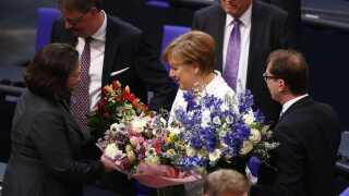 Der var blomster til Angela Merkel, efter at hun var blevet genvalgt som Tysklands kansler.
