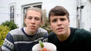 I sangen mangler duoen både mælk til deres cornflakes - med agurk -, morgenkaffe og kakao.