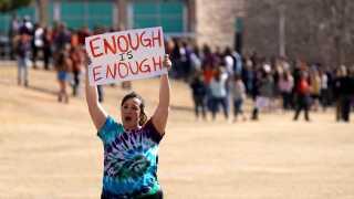 Studerende fra Columbine High School mindes de 17 dræbte efter skoleskyderiet på Stoneman Douglas High School i Parkland, Florida.