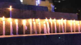 Hundredvis af mennesker tændte et stearinlys foran Rios byråd for at mindes Marielle.