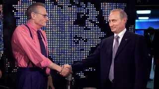 Her interviewede Larry King den russiske præsident, Vladimir Putin, på CNN i 2000. Sidenhen har den amerikanske journalist fået sit eget program på RT.