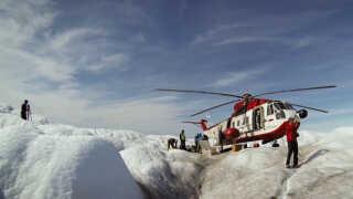Forskerne fra Promice kommer både frem til fods, med hundeslæde og ved hjælp af helikopter, når de skal rundt til de otte områder i Grønland, hvor deres målestationer er placeret.