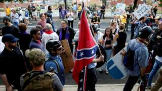 De voldsomme sammenstød ved demonstrationerne i Charlottesville i delstaten Virginia sidste år, kostede en ung kvinde livet, da en mand kørte påkørte mængden med en bil.