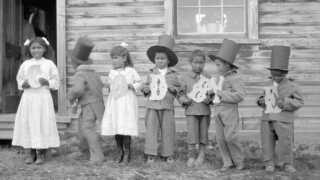 Her ses nogle af de aboriginalbørn, der i 1922 var blevet sendt på residential school i Canada.