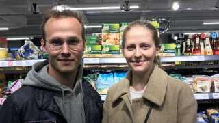 Karina og Andreas er glade for stofposer til indkøbene, men køber indimellem plastikposer, hvis de har glemt stofposen derhjemme.