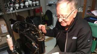 Erik Bjelbæk bruger i dag det meste af sin tid i klubben på at reparere udstyr og skøjter.