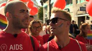 Abdel Aziz Mahmoud sammen med sin kæreste Andreas Gylling Æbelø til 'Copenhagen Pride'.