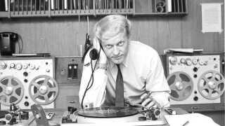 Mogens Vemmer var speaker i Danmarks Radio, men arbejdede også som skolelærer, inden han blev chef for B&U. Derudover producerede han også selv tv og film - blandt andet spillefilmen Gaden uden ende om prostitution, der vandt en Bodil-pris i 1963.