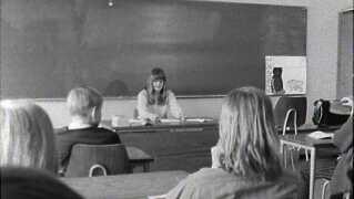 Her ses Nele Rue, mens hun læser op for klassen.