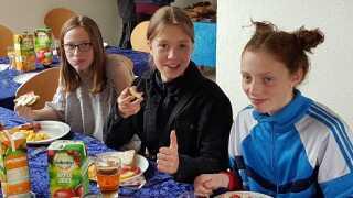 Asta Gabriel (til højre) og hendes klassekammerater fra 7.A på Malling Skole spiser fælles morgenmad, inden deres blå mandag for alvor begynder.