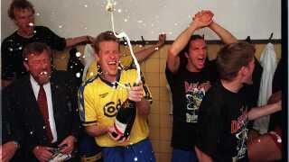 Peter Møller fejrer det danske mesterskab i 1997.