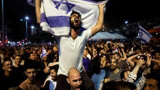Folk fejrer Israels Eurovision-sejr på Rabin-pladsen i Tel Aviv Israel, natten til søndag, 13. maj 2018.