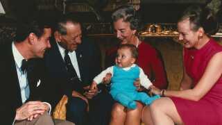 Den danske kongelige famlie med lille prins Frederik. Fra venstre prins Henrik, kong Frederik IX, Dronning Ingrid og tronfølger Margrethe.
