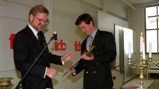 I 1996 bliver kronprins Frederik udnævnt til Årets Dansker af danske civiløkonomer. Her overrækker Per Stig Møller en check på 100.000 kr. og et sværd.